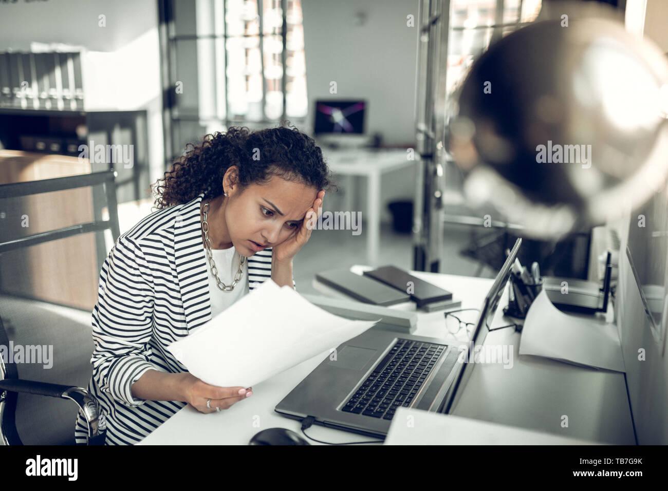 Stagiaire ayant des maux de tête tout en ayant trop de travail Banque D'Images