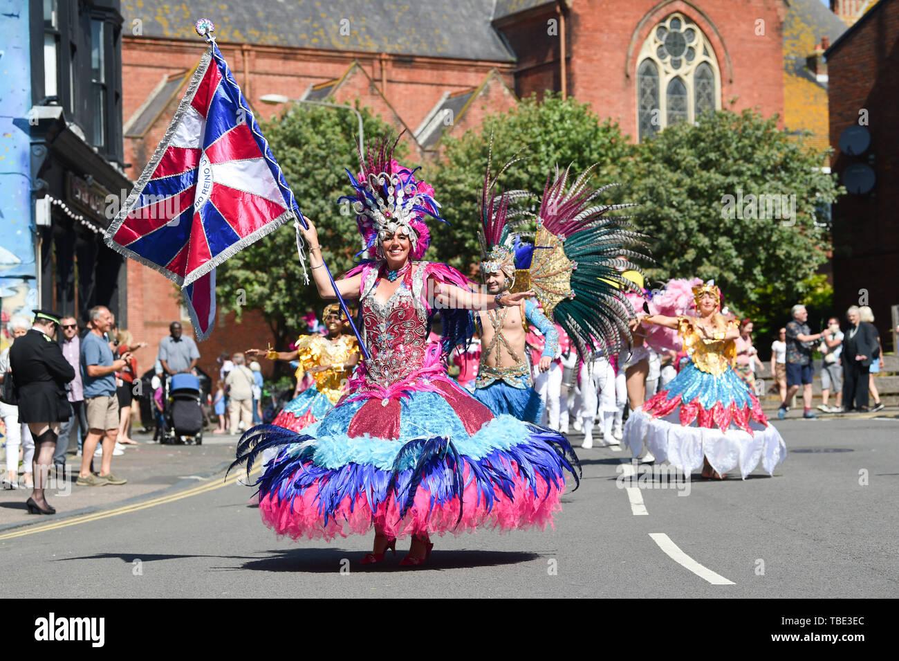 Brighton UK 1er juin 2019 - Des milliers de personnes profiter de la parade du Carnaval de Kemptown à Brighton, sur un beau jour ensoleillé chaud avec des températures devrait atteindre dans les années 20 élevée dans certaines parties du sud-est. Des milliers sont attendus pour le carnaval annuel dans la ville après un intervalle de deux ans avec de la musique , des stands de nourriture et d'activités qui auront lieu tout au long de la journée jusqu'à dix heures du soir . Crédit photo: Simon Dack / Alamy Live News Photo Stock