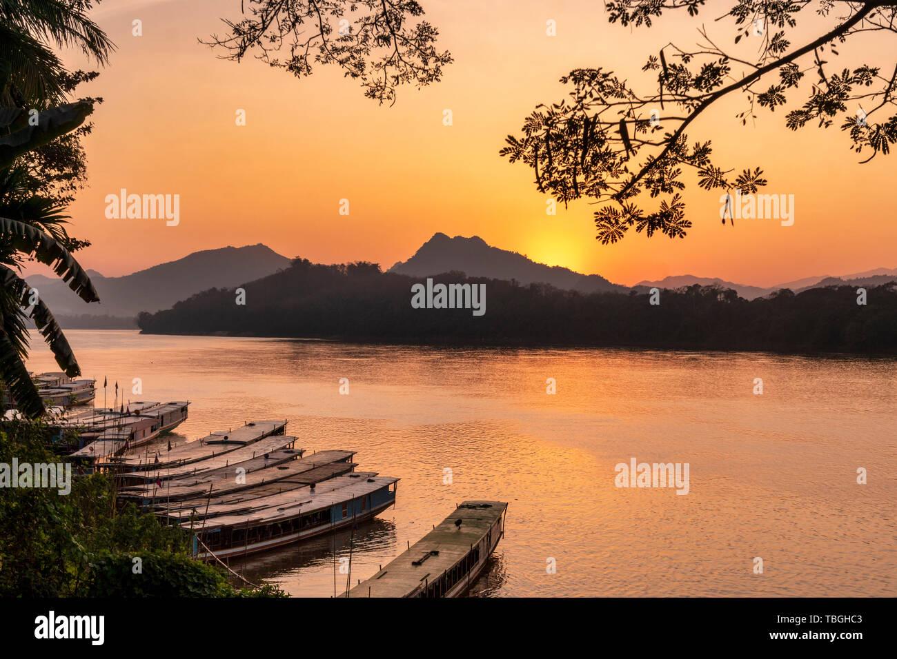 Au coucher du soleil sur le Mékong à Luang Prabang, les bateaux d'excursion, au Laos, en Asie du sud-est Banque D'Images