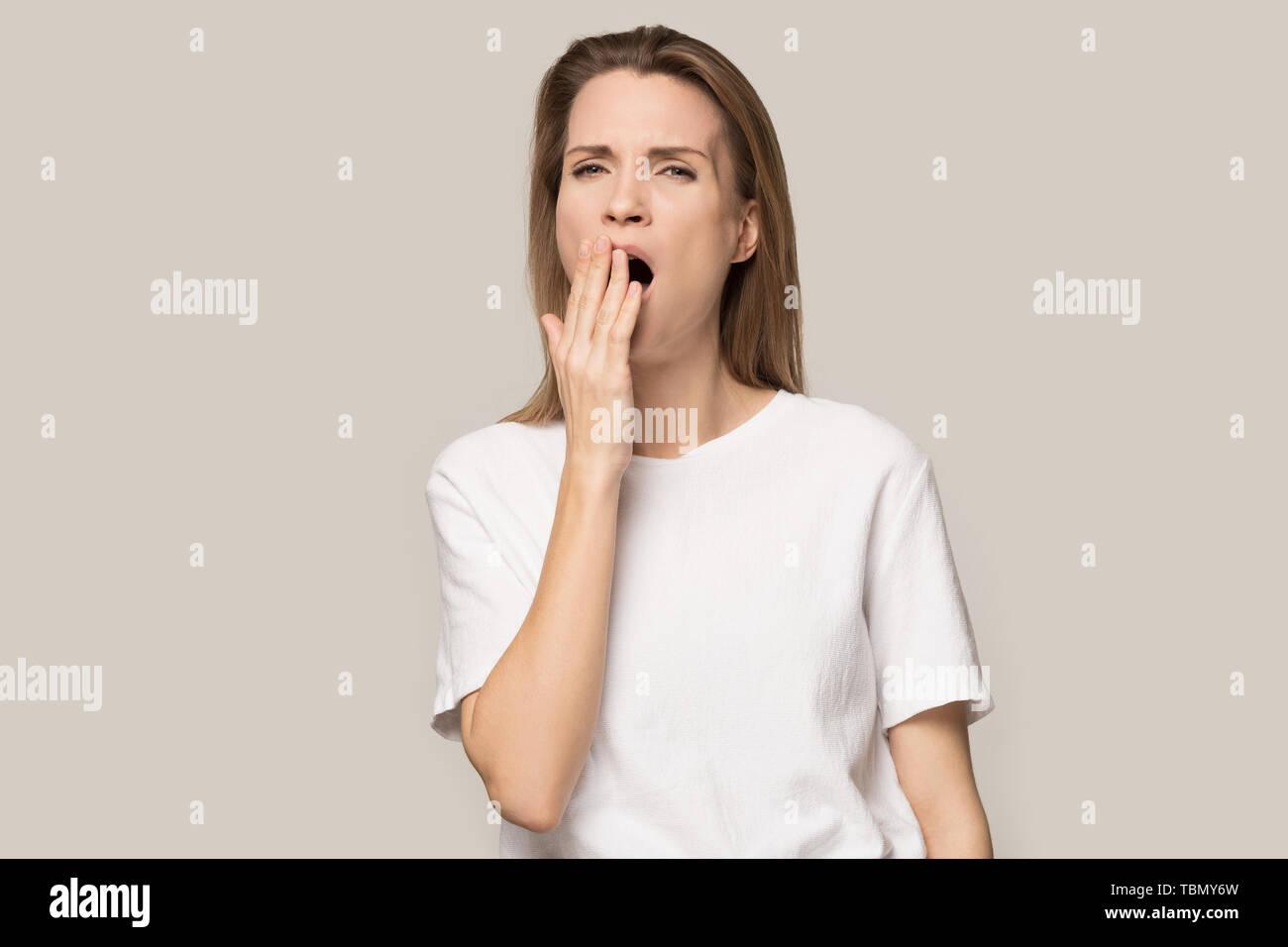 Jeune femme insatisfaite du pouce vers le bas montrent mécontents de service Photo Stock