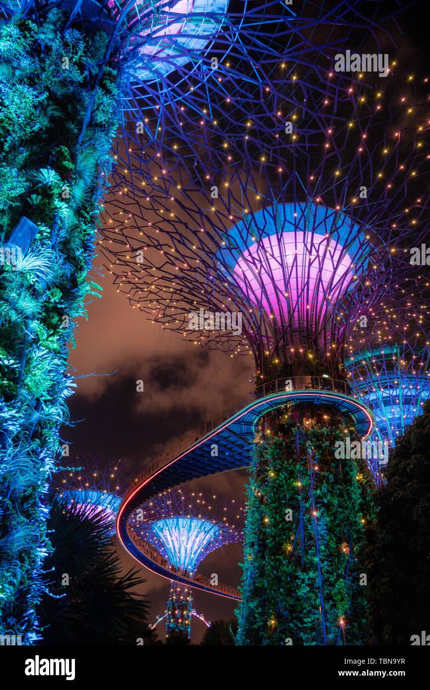 Singapour - 2 Avril, 2018: Lumière d'arbres géants au jardin par la baie de nuit à Singapour. Banque D'Images