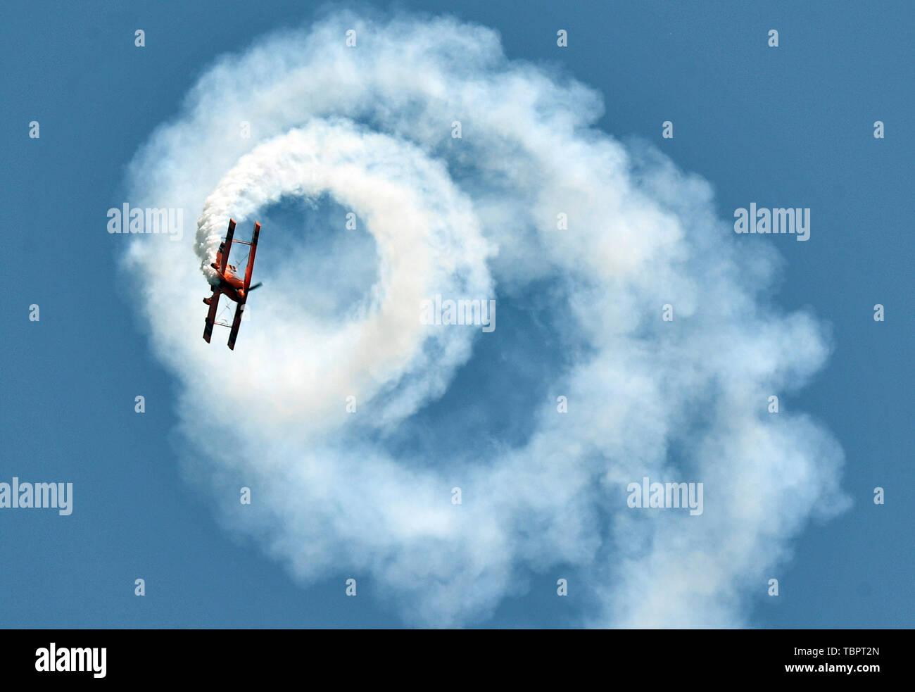 Anyang, province du Henan en Chine. 3 juin, 2019. Un passionné de sports de l'air donne un spectacle d'acrobaties aériennes au cours de l'ouverture de la 11e Sports de l'air Festival de la Culture et du tourisme à Anyang, province du Henan en Chine centrale, le 3 juin 2019. L'événement a débuté lundi dans la ville d'Anyang, attirer les amateurs de sports de l'air de la maison et à l'étranger. 22 Shangshan Road Crédit: Li/Xinhua/Alamy Live News Photo Stock