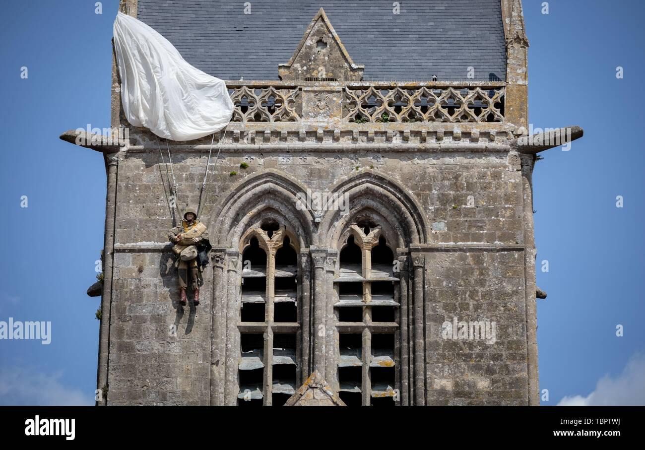 Sainte Mère Eglise, France. 06Th Juin, 2019. Une poupée de parachutisme se bloque sur l'église de Sainte-Mère-Eglise. Sur environ 14000 parachutistes alliés 06.06.1944 de la 82e Division aéroportée US atterri ici dans le cadre de l'opération Overlord. 06.06.2019 est le 75e anniversaire de le débarquement des troupes alliées en Normandie. Photo: Kay Nietfeld/dpa dpa: Crédit photo alliance/Alamy Live News Photo Stock