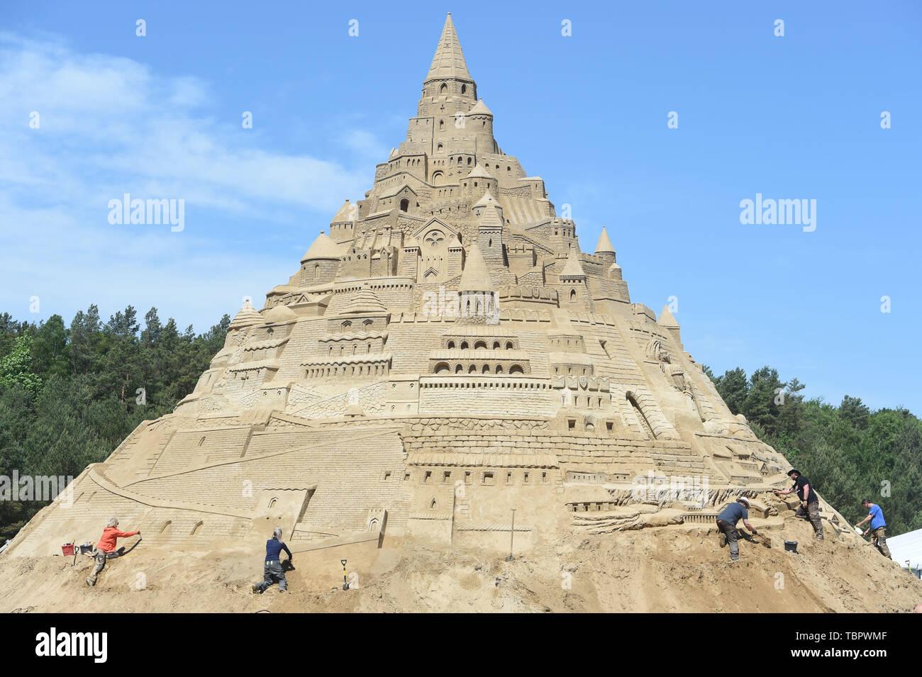 """Binz, Allemagne. 06Th Juin, 2019. Les sculpteurs travaillent sur la sculpture 'plus grand Sandcastle dans le monde"""" sur le terrain de l Festival de sculptures de sable de Binz sur l'île de Rügen. Comme les initiateurs, a annoncé la préparation technique de ce projet a commencé en mai. L'équipe veut utiliser plus de 11 000 tonnes de sable pour le géant enfoncé œuvre d'art d'une hauteur prévue de 17,5 mètres à la château de sable. Sur le dossier des juges 05.06.2019 """"Guinness World Records"""" sont censés prendre en charge la construction. Dpa: Crédit photo alliance/Alamy Live News Photo Stock"""
