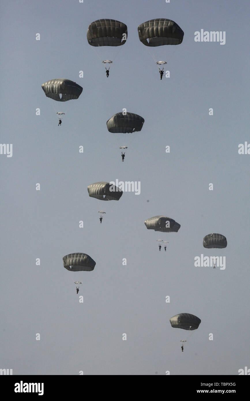 Tel Aviv, Israël. 3 juin, 2019. Des parachutistes israéliens la brigade de parachutistes participer à un exercice militaire à la base aérienne de Palmachim près de Tel Aviv, Israël, le 3 juin 2019. Credit: Gil Cohen Magen/Xinhua/Alamy Live News Photo Stock