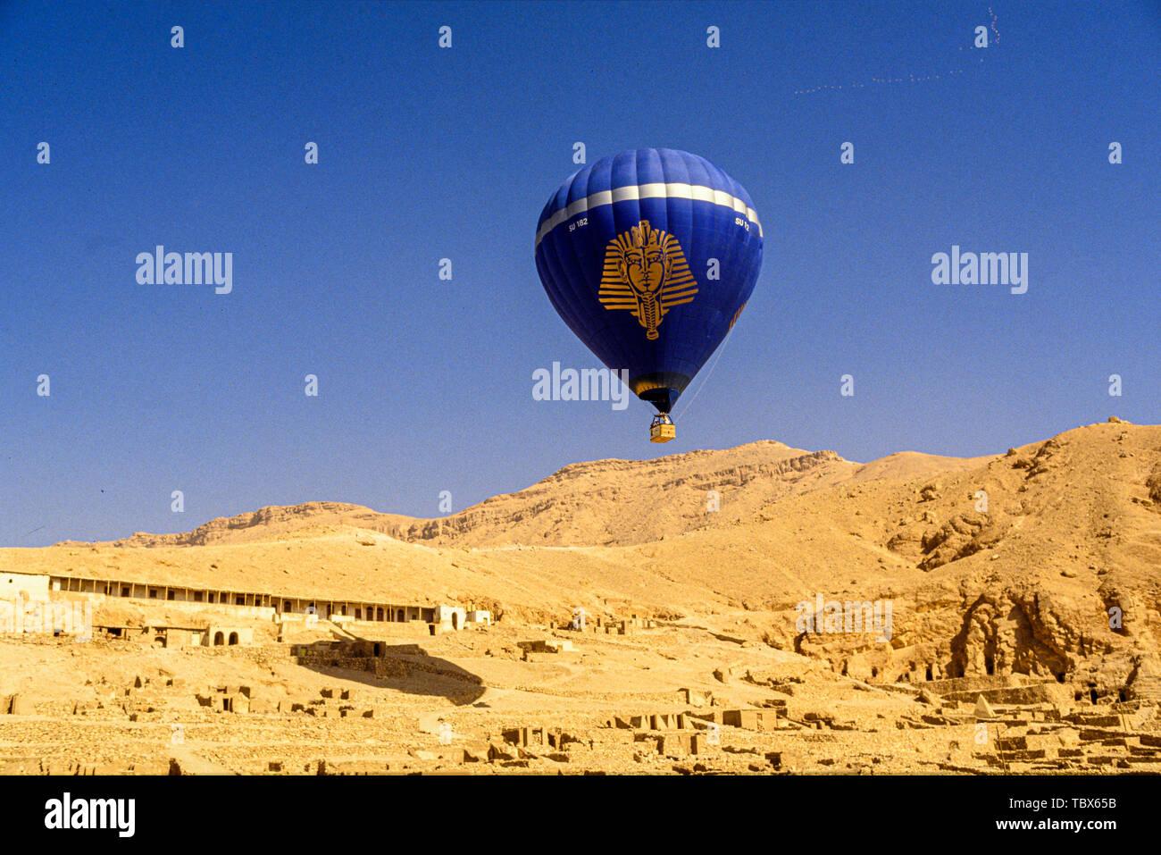 Photo: © Simon Grosset. La montgolfière sur la Vallée des Rois, Louxor, Egypte. Archive: image numérisé à partir d'un original de la transparence. Banque D'Images