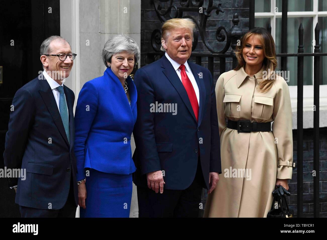 Londres, Royaume-Uni. 4 juin, 2019. Le Président américain Donald Trump (2e R) et de la Première Dame Melania Trump (1e R) de poser pour des photos avec le Premier ministre britannique Theresa May (2e L) et son mari Philip mai (1ère L) au 10 Downing Street à Londres, Angleterre le 4 juin 2019. Credit: Alberto Pezzali/Xinhua/Alamy Live News Banque D'Images