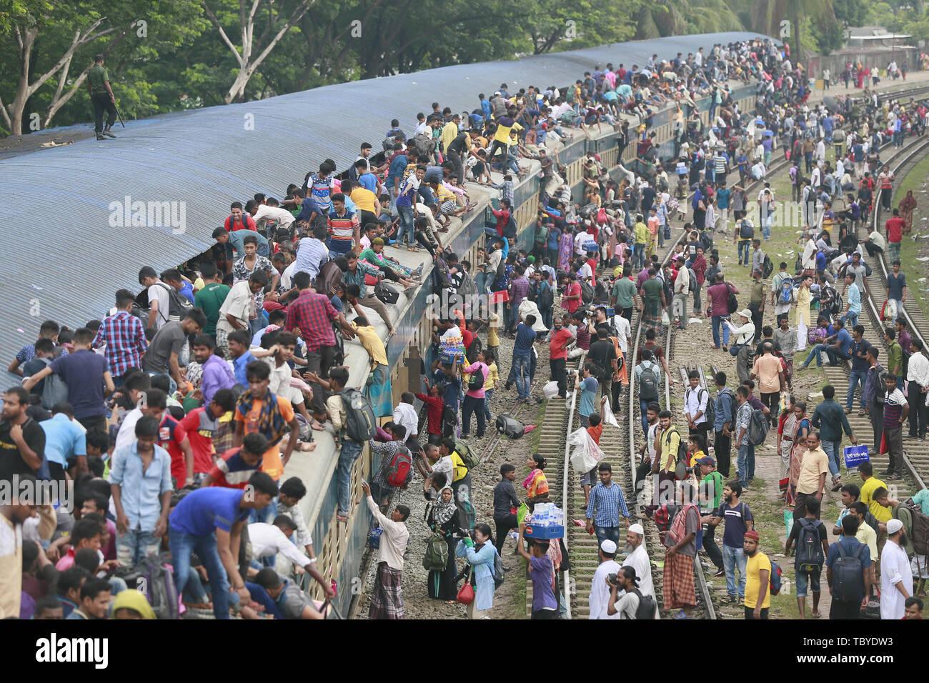 Dhaka, Bangladesh. 4 juin, 2019. Passagers essaient de grimper sur le toit d'un train bondé comme ils retournent dans leur village avant la fête musulmane de l'Aïd al-Fitr, à Dhaka, Bangladesh, le 4 juin 2019. Cette Eid religieuses (fête religieuse musulmane) est le premier et le seul jour dans le mois de Shawwal durant lequel les musulmans ne sont pas autorisés à rapide. La maison de vacances célèbre la fin de la 29 ou 30 jours de l'aube au coucher du soleil, le jeûne pendant tout le mois de Ramadan. Credit: Suvra Kanti Das/ZUMA/Alamy Fil Live News Photo Stock