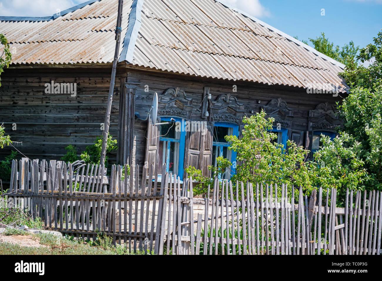 Voir de vieille maison de bois en été dans le pays avec une antenne satellite Banque D'Images