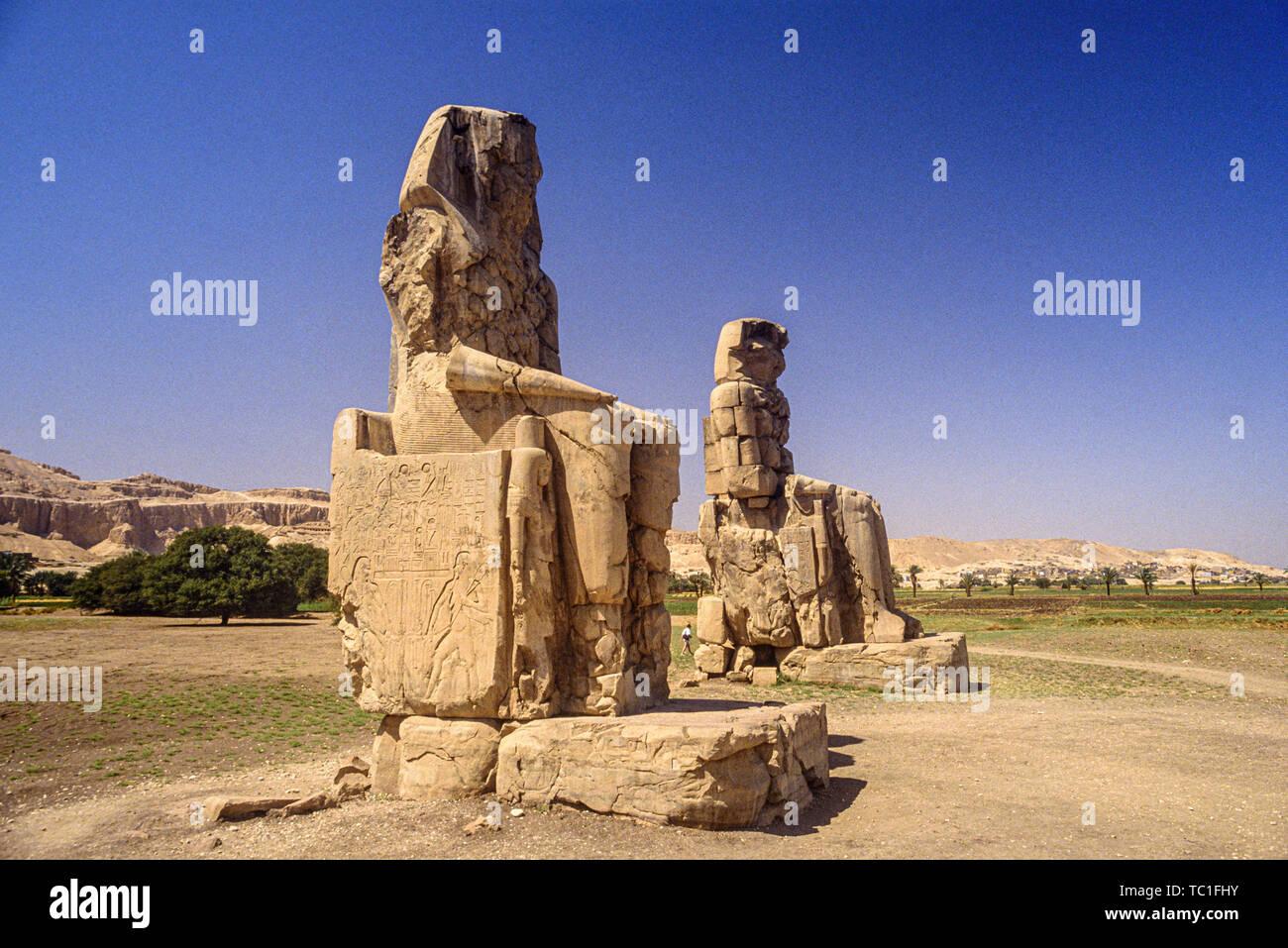 Louxor, Egypte. Les colosses de Memnon, deux énormes statues de pierre du pharaon Aménophis III Comité permanent dans la nécropole thébaine sur la rive ouest de la Banque D'Images