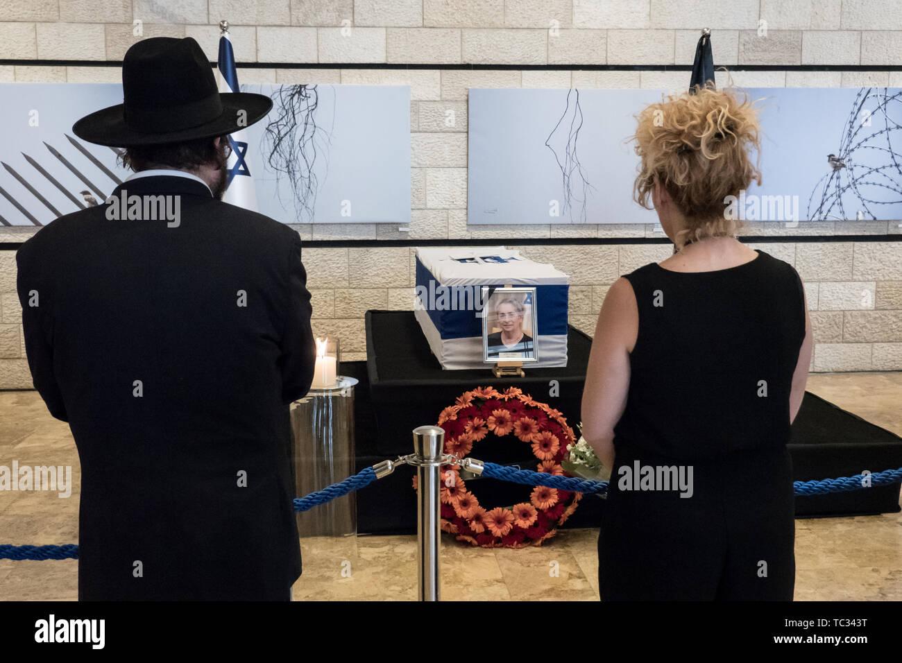 Jérusalem, Israël. 5 juin, 2019. La première dame d'Israël Nechama Rivlin, épouse du Président Reuven Rivlin, réside dans l'Etat au Théâtre de Jérusalem que le public paie un dernier hommage à une femme très aimée et respectée. Rivlin est décédé à l'âge de 73 ans après avoir combattu avec une maladie respiratoire depuis des années et l'objet d'une transplantation pulmonaire en mars 2019. Rivlin sera enterré dans le carré des leaders de la Nation de parcelle à Mt. Cimetière de Herzl à Jérusalem. Credit: Alon Nir/Alamy Live News. Photo Stock