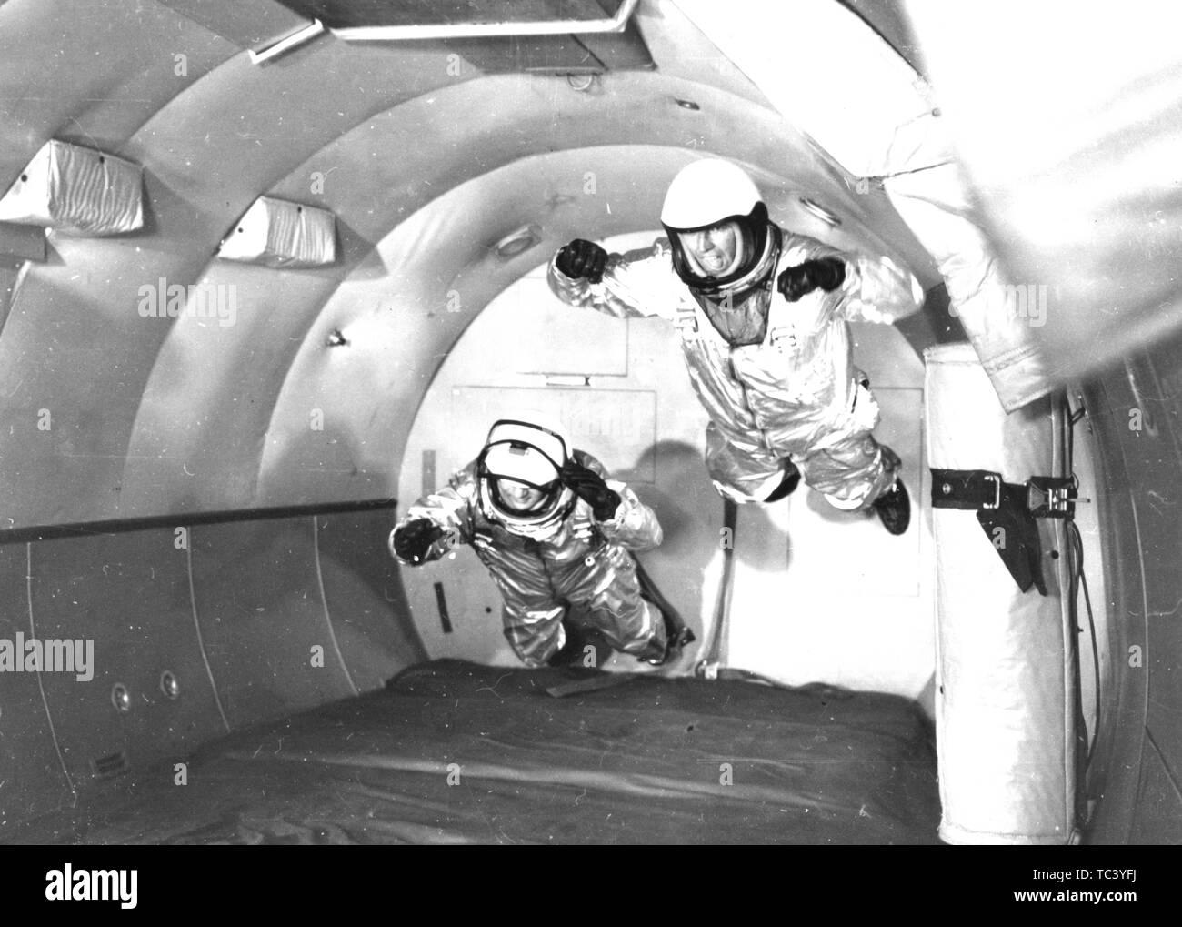 Les astronautes en apesanteur simulée de mercure en vol C-131 appareils volant à trajectoire Wright Air Development Center, Ohio, 1959. Droit avec la permission de la National Aeronautics and Space Administration (NASA). () Photo Stock
