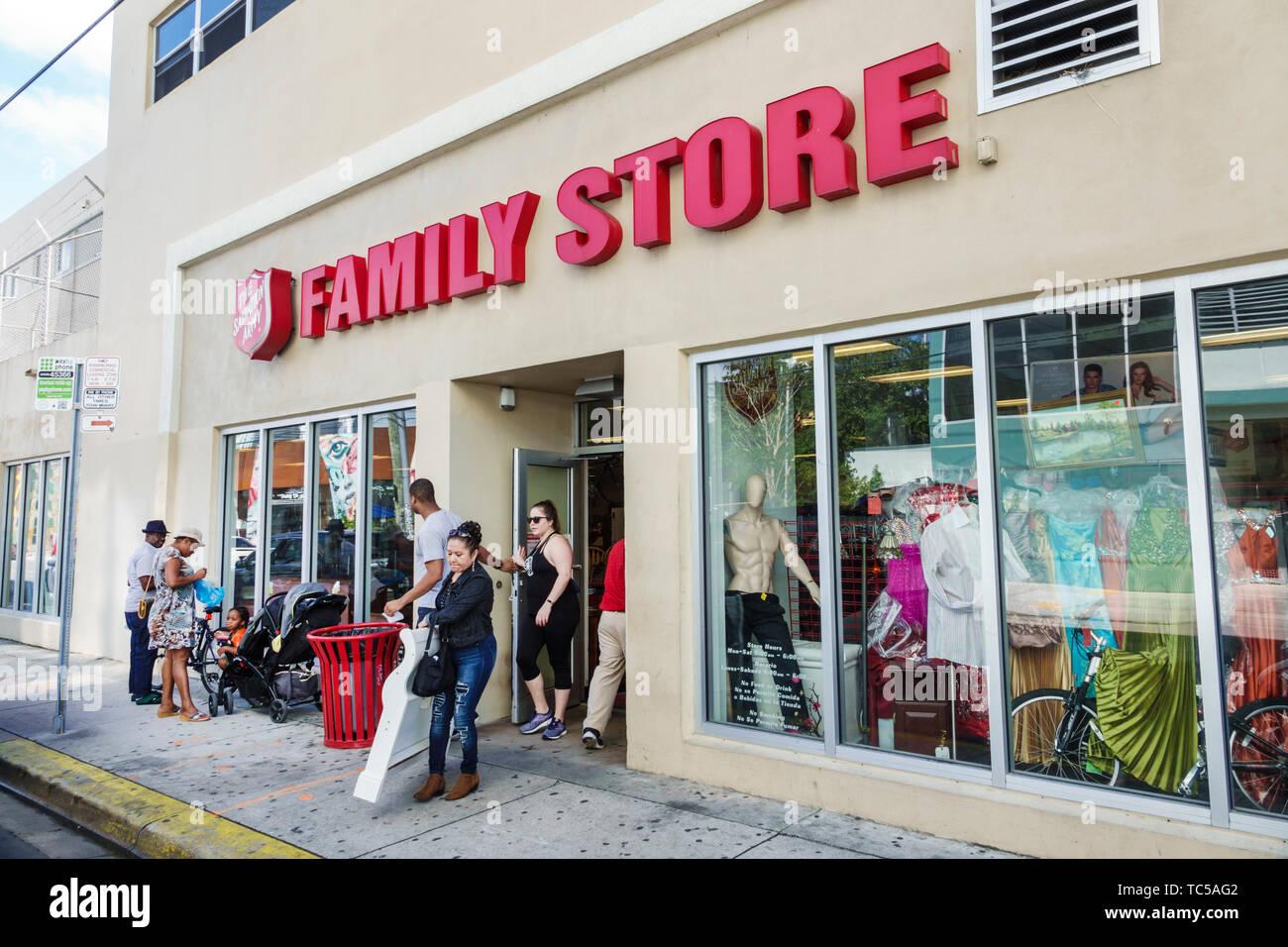 Miami Floride famille l'Armée du Salut offre des vêtements de seconde main meubles ménage articles à vendre dons Don shopping à faible revenu Photo Stock