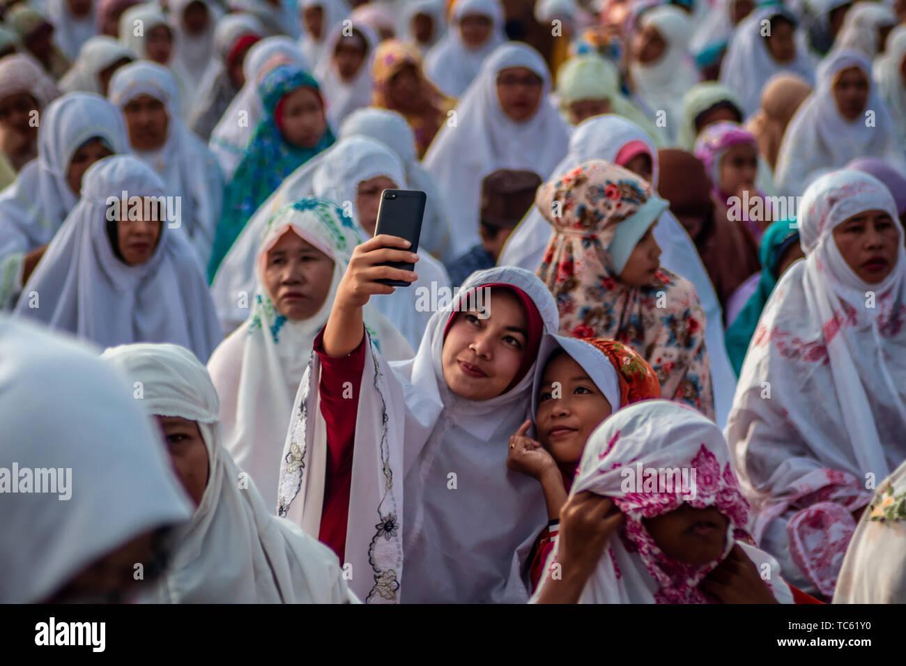 Yogyakarta, Indonésie. Le 05 juin, 2019. Musulmans indonésiens effectuer l'Eid al-Fitr prière sur Pasir Gumuk (dune de sable) à Parangkusumo Beach de Bantul, Yogyakarta, Indonésie. Les musulmans du monde entier célèbrent l'Aïd al-Fitr qui est festival après le mois sacré du Ramadan. Credit: Rizqullah Hamiid Saputra/Pacific Press/Alamy Live News Photo Stock