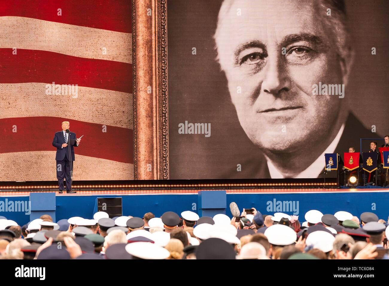 Portsmouth, Royaume-Uni. Le 05 juin, 2019. Président américain Donald Trump parle sous un géant photo du président Franklin Roosevelt lors d'un événement pour marquer le 75e anniversaire du D-Day le 5 juin 2019, à Portsmouth, en Angleterre. Les dirigeants du monde se sont réunis sur la côte sud de l'Angleterre, où s'envolait pour les troupes d'agression quotidienne 75 ans auparavant. Credit: Planetpix/Alamy Live News Photo Stock