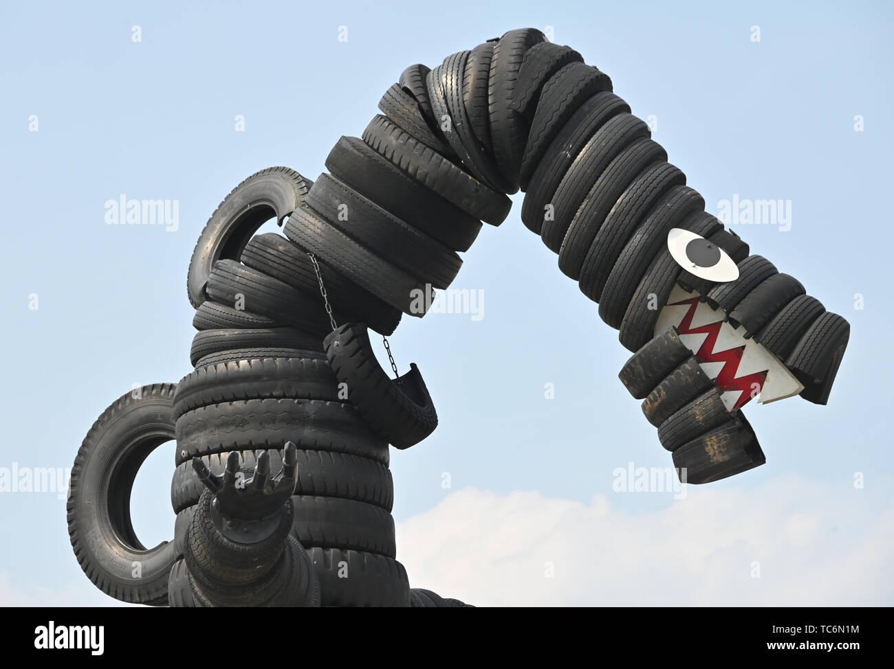 Tokyo, Japon. 6 juin, 2019. À 8 mètres de haut, Godzilla fait de pneus usagés, plane sur un terrain de jeux local construit avec les pneus usés à Tokyo parc des pneus le Jeudi, Juin 6, 2019. Le parc célèbre le 50e anniversaire de sa création, et 3000 pneus usagés et des déchets collectés et contribué par la construction et les compagnies aériennes ainsi que des ateliers de carrosserie dans la région. Credit: Natsuki Sakai/AFLO/Alamy Live News Photo Stock