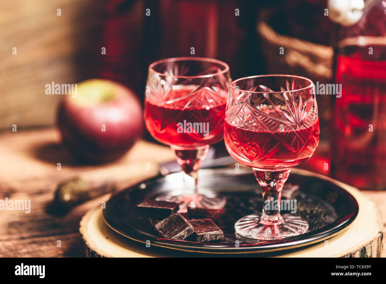Des boissons alcoolisées et de Berry de chocolat sur le plateau métallique Banque D'Images