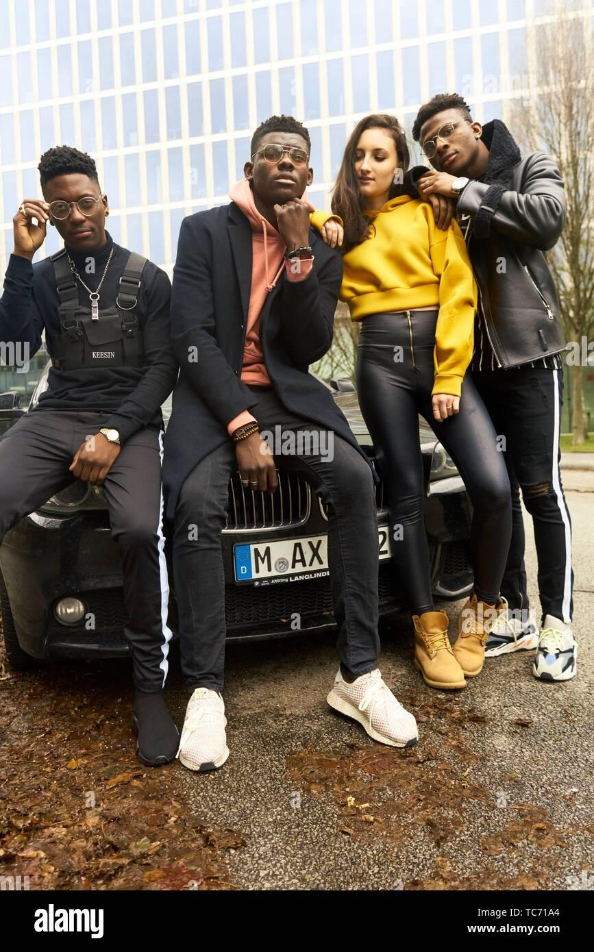 La mode cool gang d'amis appuyé contre voiture en ville, la culture de la jeunesse à Munich, Allemagne Photo Stock