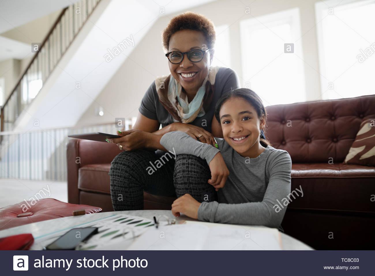 Portrait heureux grand-mère et sa petite-fille dans la salle de séjour Photo Stock