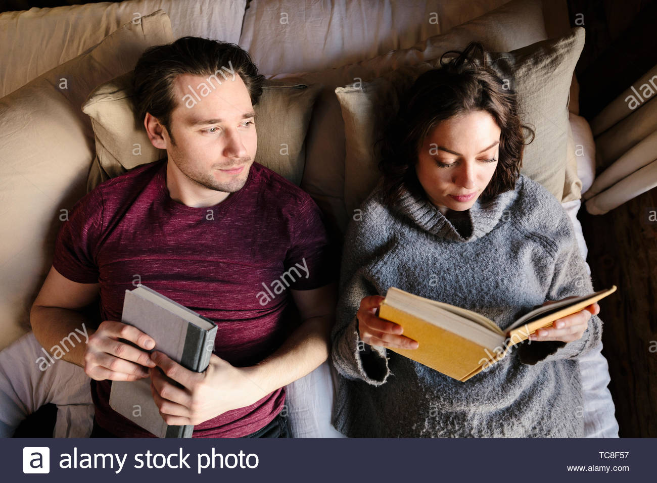Vue de dessus couple relaxing, lire des livres sur le lit Photo Stock