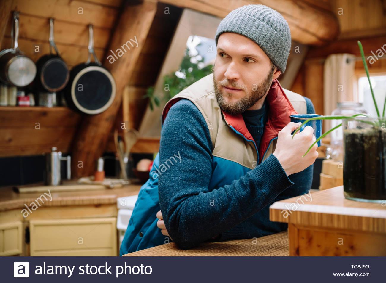 L'homme de boire du café dans la cuisine cabine Photo Stock
