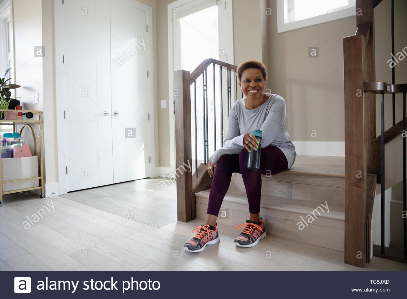 Portrait confiant mature woman prêt à fonctionner Photo Stock