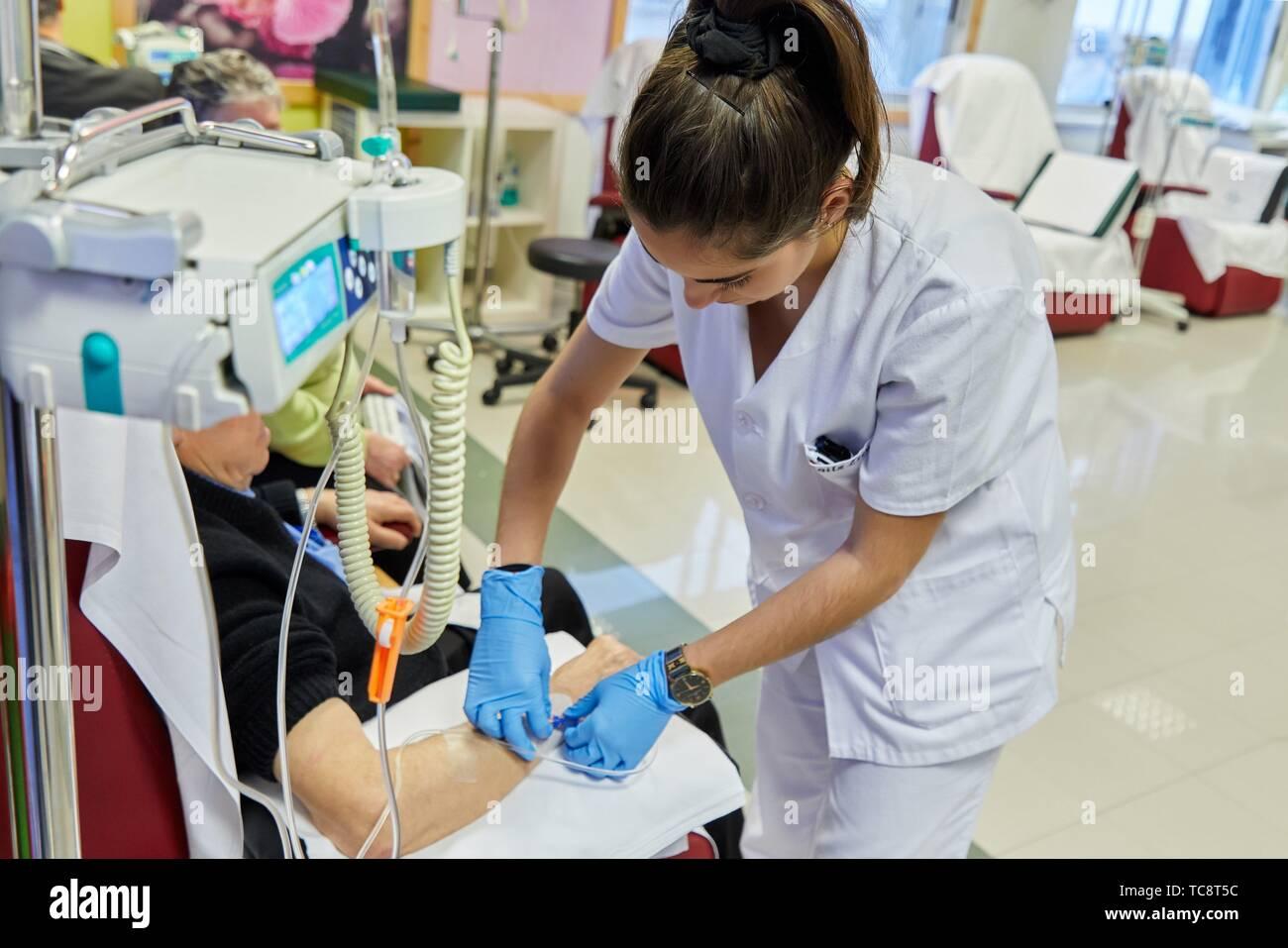 Nurse putting médicament par voie intraveineuse à un patient, la chimiothérapie, l'oncologie, l'hôpital Donostia, San Sebastian, Gipuzkoa, Pays Basque, Espagne Photo Stock