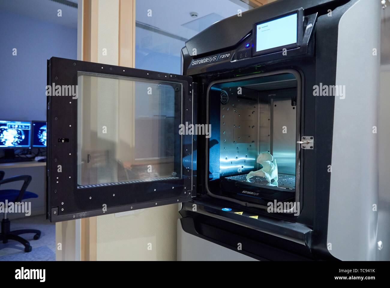 Impression 3D d'une de la hanche du patient à partir d'une image médicale, imprimante 3D, technologies d'additifs ou PolyJet FDM pour le prototypage rapide, radiologie, Hôpital Photo Stock