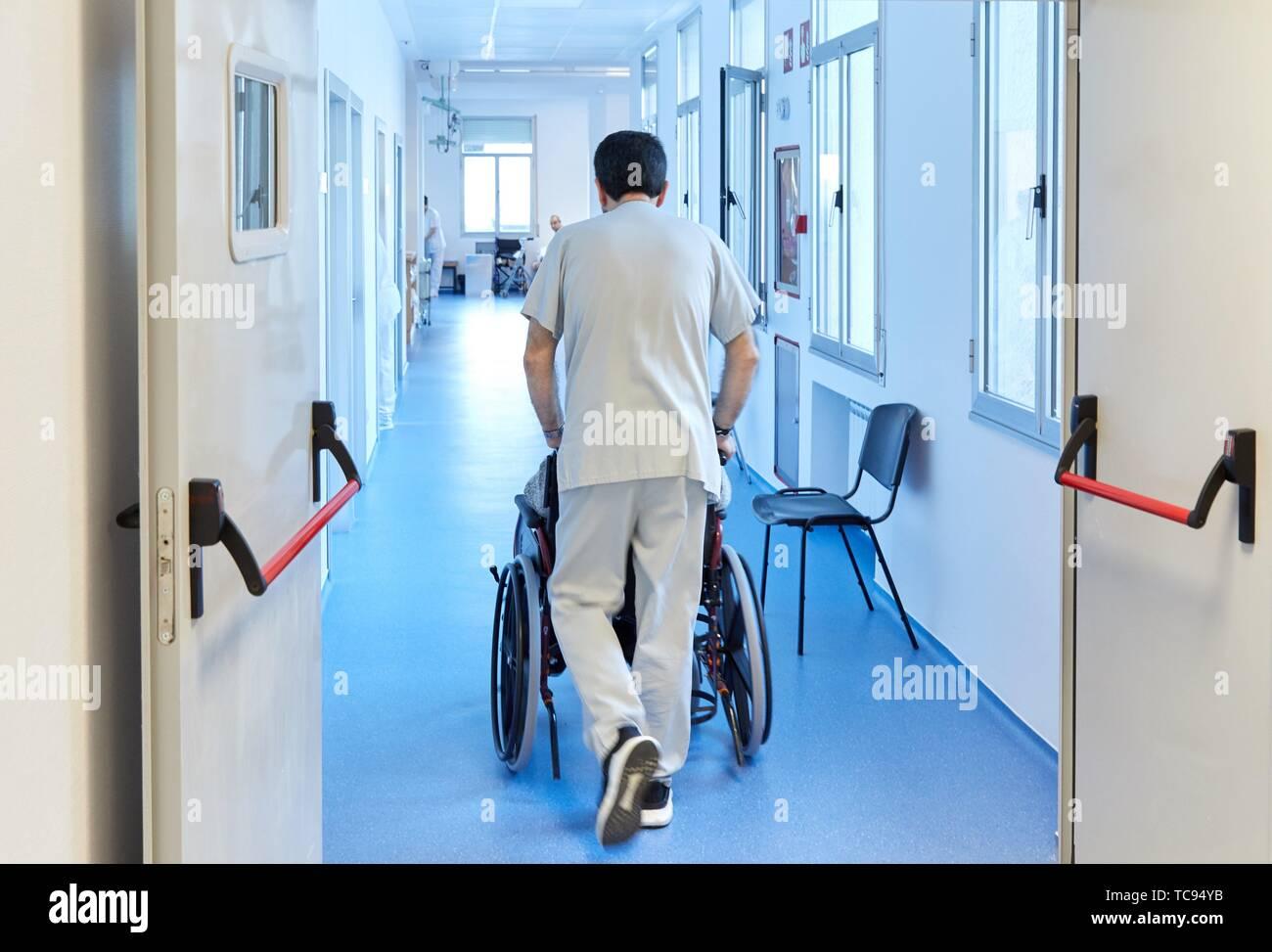 Surveiller la tête d'un patient dans un fauteuil roulant, de l'hôpital Donostia, San Sebastian, Gipuzkoa, Pays Basque, Espagne Photo Stock