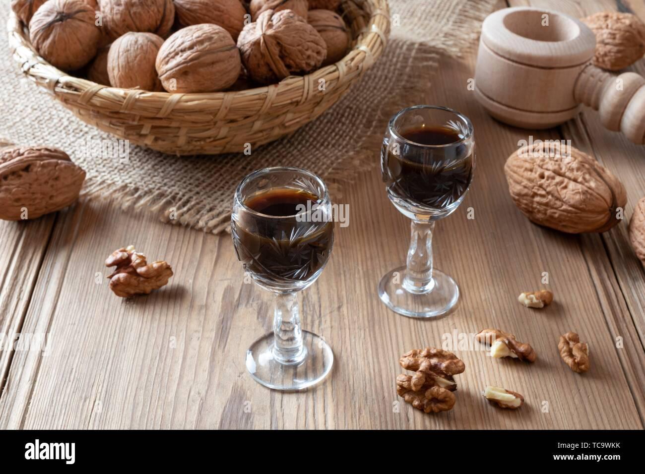 Liqueur de noix fait maison avec des noix sur une table. Banque D'Images