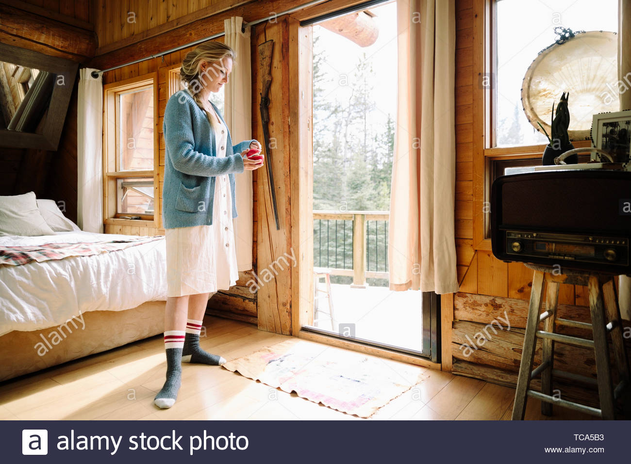 Woman eating apple en cabin Photo Stock