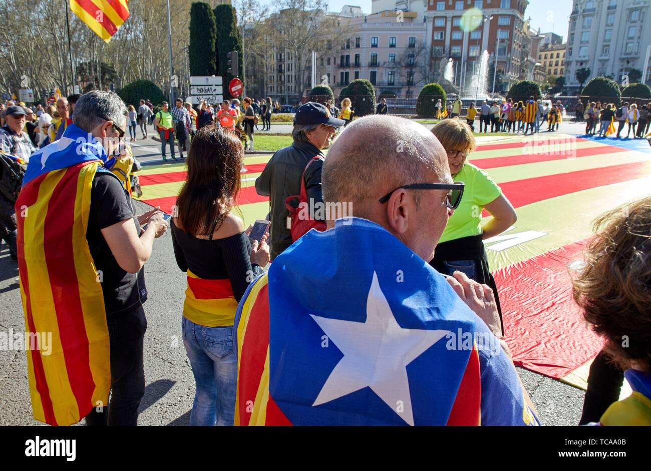 Démonstration des Catalans qui revendique l'indépendance, les drapeaux de la Catalogne, Fontaine de Neptune, Madrid, Spain, Europe Banque D'Images