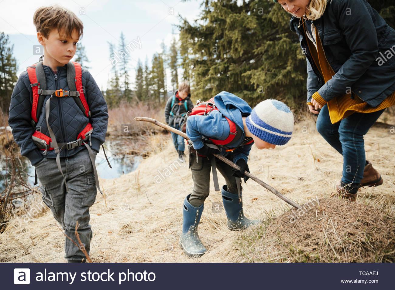 Mère et fils curieux randonnées dans les bois Photo Stock