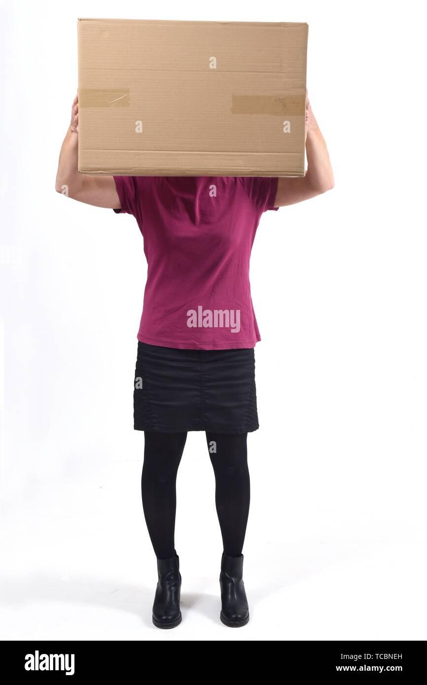 Femme avec un paquet en face de son visage. Banque D'Images