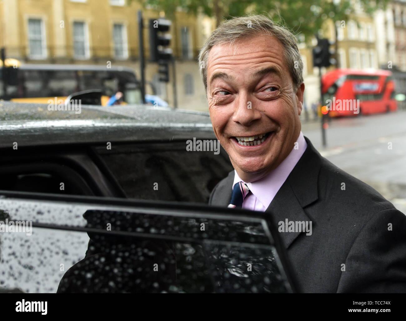 Downing Street, London, UK. 7 Jun 2019. Le chef du parti Brexit Nigel Farage en dehors de Downing Street après avoir remis une lettre demandant un siège à l'UE les négociations. Crédit: Matthieu Chattle/Alamy Live News Photo Stock