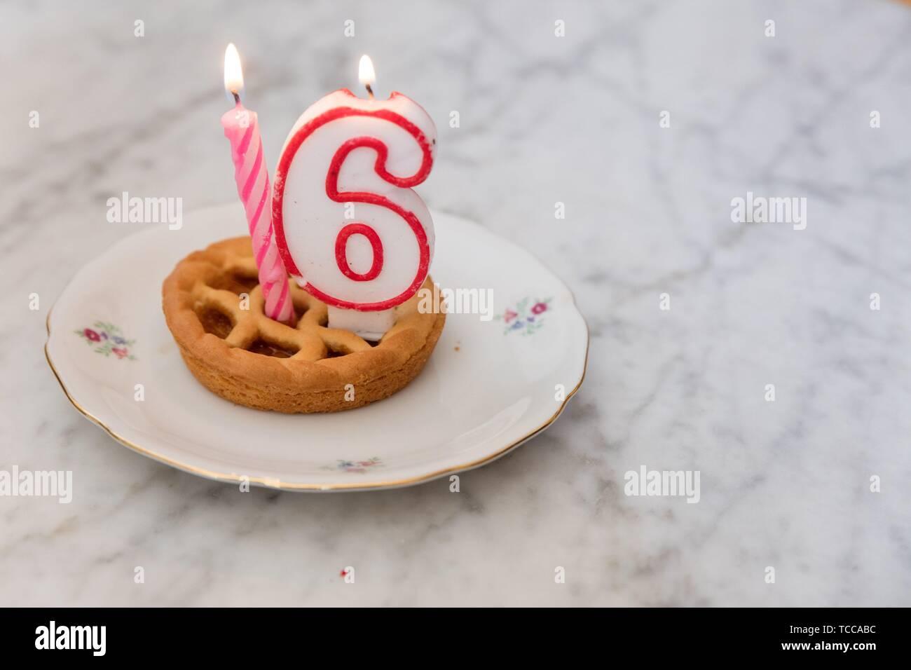 Tarte Danniversaire Avec 16 Bougies Sur Arrière Plan Banque D