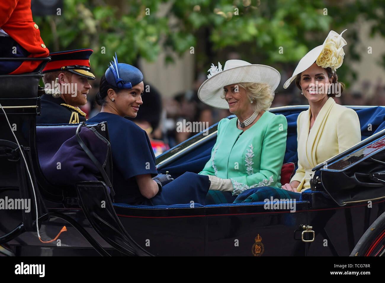 Londres, Royaume-Uni. 8 juin 2019. La duchesse de Cornouailles, duchesse de Cambridge et de duc et duchesse de Sussex passent le long du Mall, l'équitation dans un top, la calèche retour à Buckingham Palace, au cours de la parade de la couleur sur le 93e anniversaire de la Reine. Crédit: Stephen Chung / Alamy Live News Photo Stock
