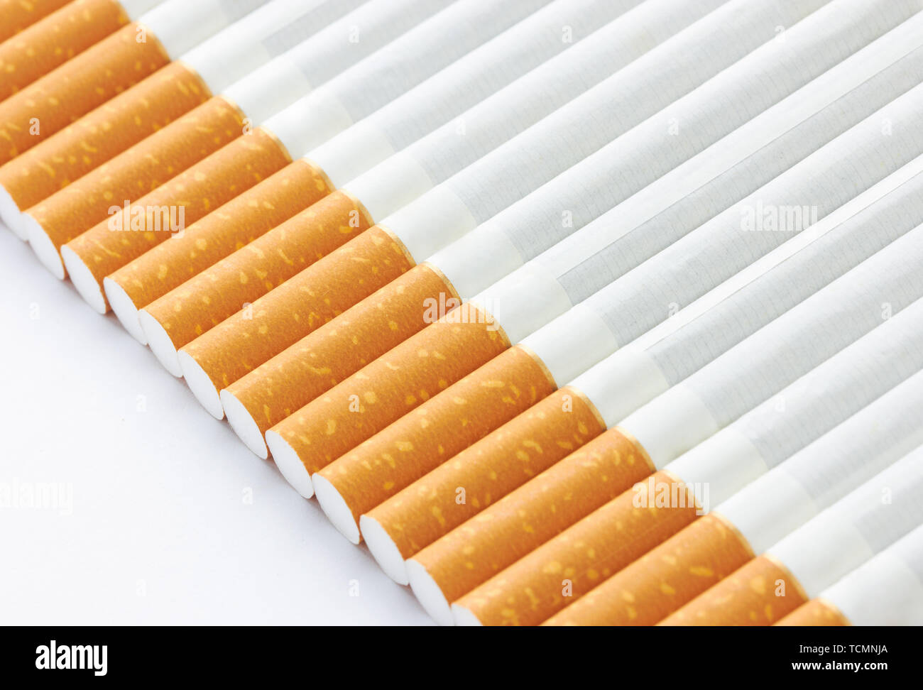 Libre d'un tas de cigarettes on white Photo Stock