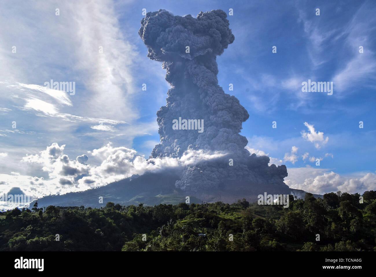 Le nord de Sumatra, en Indonésie. 9 juin, 2019. La photo prise le 9 juin 2019 montre le mont Sinabung crachant cendres épaisse Karo, dans le Nord de Sumatra, en Indonésie. Une colonne de cendres épaisse était vomi sept km de haut vers le ciel du cratère du Mont Sinabung volcan de l'île de Sumatra de l'ouest de l'Indonésie le dimanche, l'agence nationale de la volcanologie a dit. Credit: Anto Sembiring/Xinhua/Alamy Live News Photo Stock