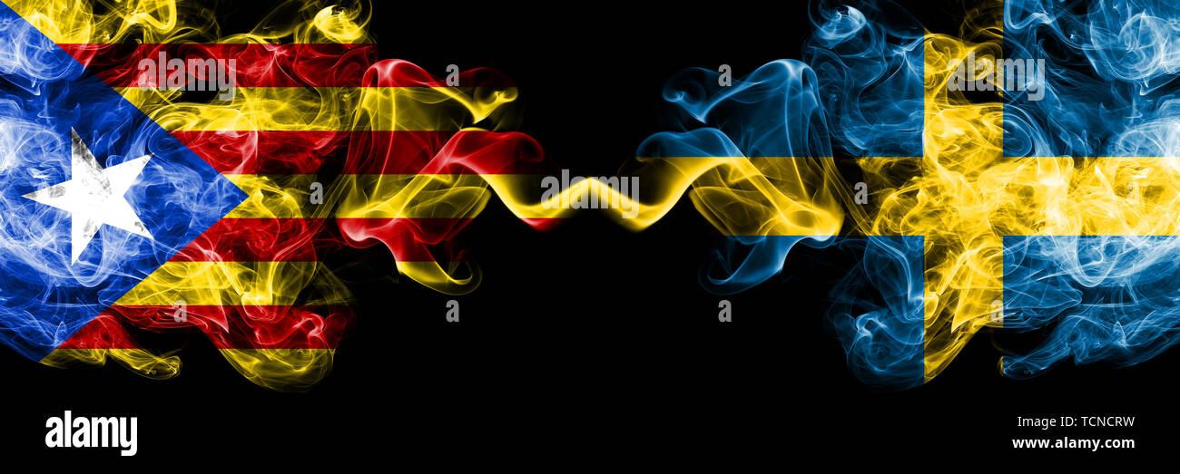 La Catalogne contre la Suède, le suédois drapeaux de fumée placés côte à côte. La fumée épaisse et soyeuse de couleur drapeaux de la Catalogne et de la Suède, le suédois Banque D'Images