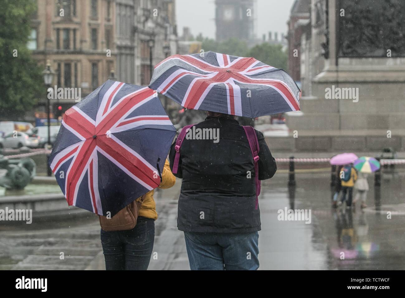 Londres, Royaume-Uni. 10 Juin, 2019. Les piétons braver les fortes pluies à Trafalgar Square sur un temps froid et pluvieux à Londres: Crédit amer ghazzal/Alamy Live News Photo Stock