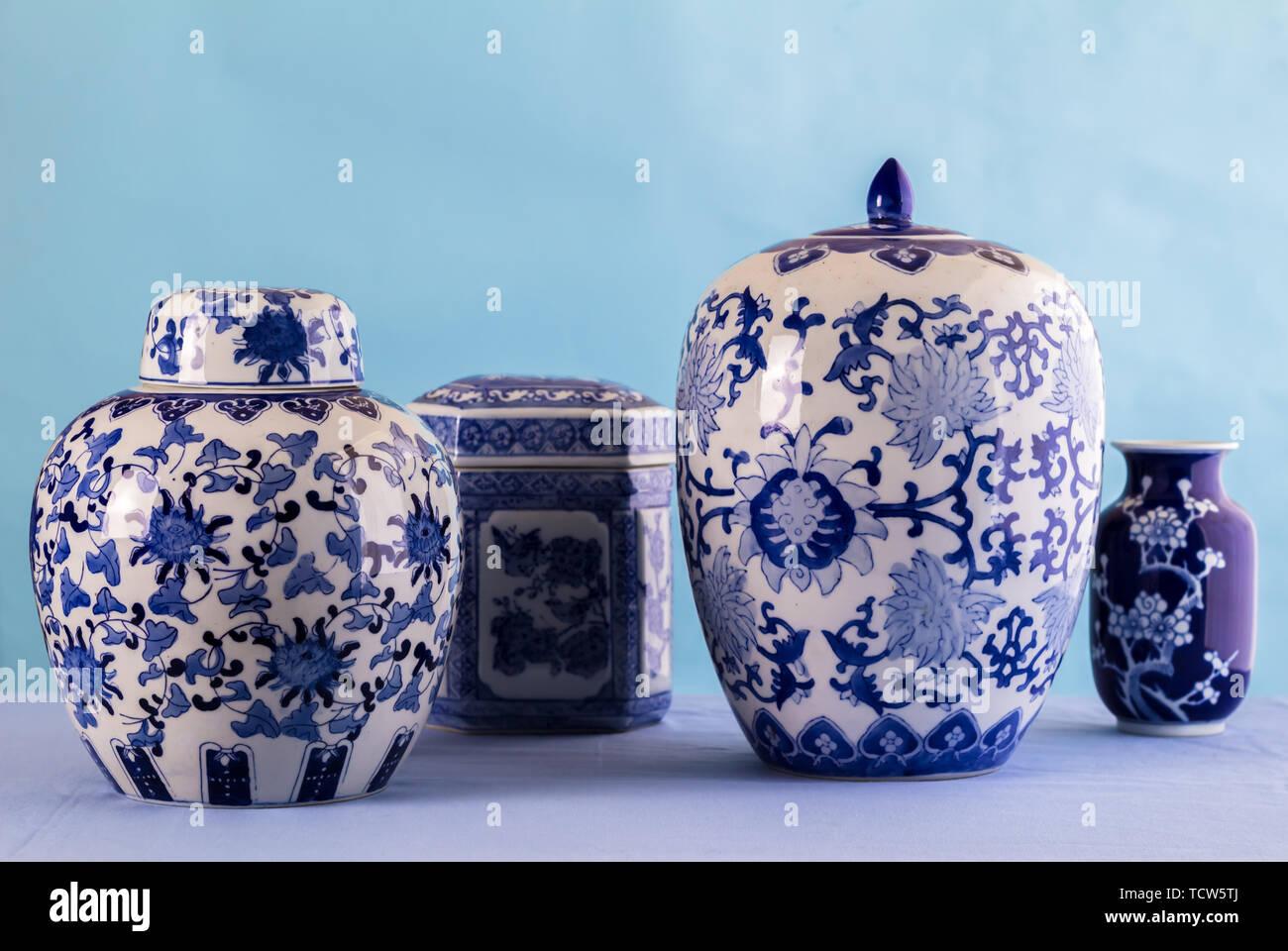 La vie toujours avec des pots en céramique bleu et blanc et le gingembre bocaux avec focus différentiel Banque D'Images