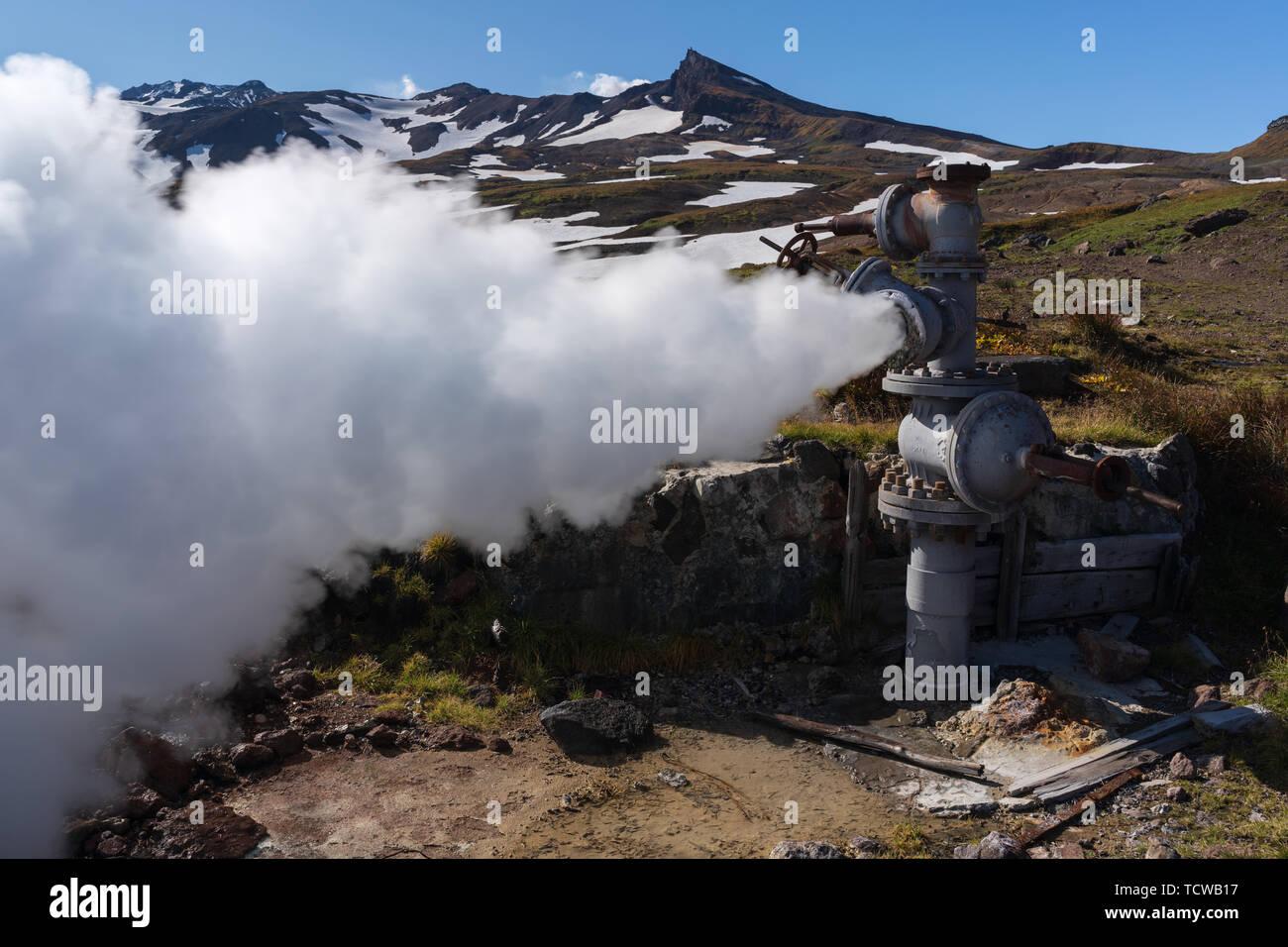 L'émission de vapeur thermale minérale eau mélange de geological bien dans la zone de dépôt, géothermique centrale géothermique de la pente du volcan actif Photo Stock