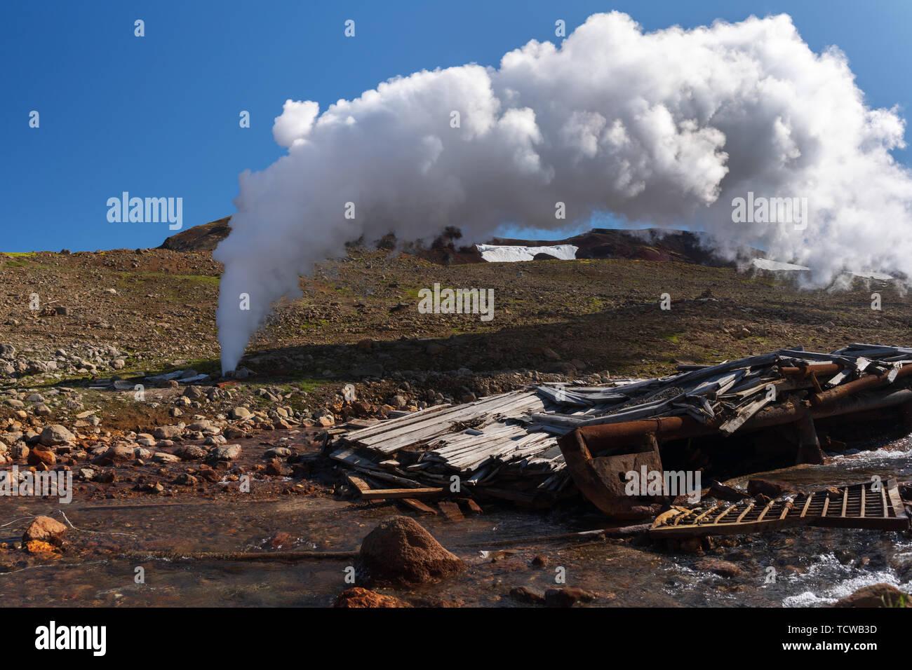 L'émission de l'eau thermale naturelle de minéraux, de vapeur (vapeur-eau) à partir de la commission géologique et dans la zone de dépôt de l'énergie géothermique, l'énergie géothermique power station Photo Stock