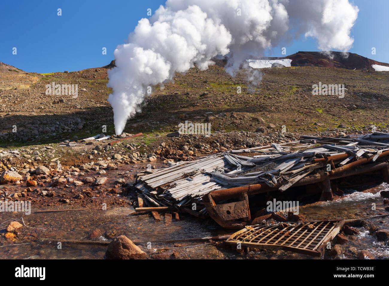 L'émission de l'eau minérale naturelle l'eau thermale, bain à vapeur (vapeur-eau) à partir de la commission géologique et dans la zone de dépôt, géothermique centrale géothermique Photo Stock