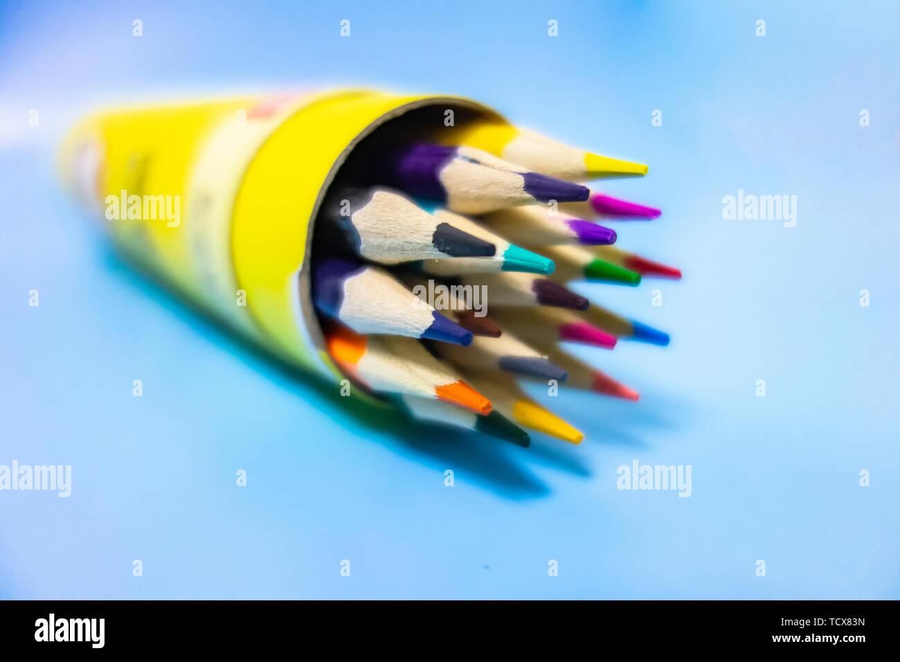 Un crayon de couleur sont soigneusement disposées dans un fond bleu Banque D'Images