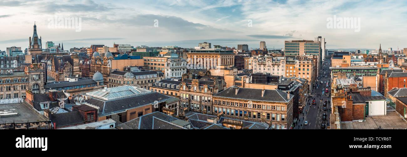 Une vue panoramique donnant sur les anciens et les nouveaux bâtiments et les rues du centre-ville de Glasgow. Ecosse, Royaume-Uni Banque D'Images