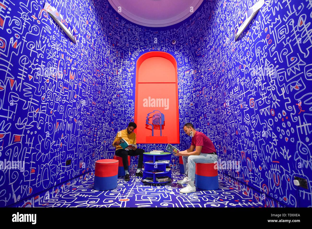 """Londres, Royaume-Uni. 11 juin 2019. Les membres du personnel s'asseoir dans la galerie 'Shrine à la sagesse"""", 2019, par Victor Ekpuk à l'aperçu d'une nouvelle grande exposition 'Get up, Stand Up Now' à Somerset House qui s'étend du 12 juin au 15 septembre 2019. L'exposition célèbre plus de 50 années de créativité noire en Grande-Bretagne et au-delà, mettant en vedette des œuvres de plus de 100 artistes. Crédit: Stephen Chung / Alamy Live News Photo Stock"""