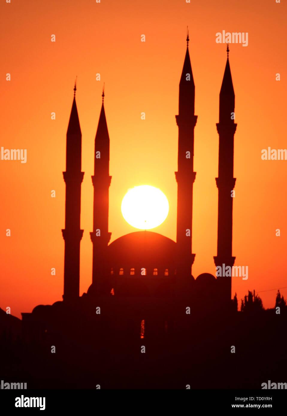 Naplouse. 11 Juin, 2019. Photo prise le 11 juin 2019 montre le lever du soleil sur dans la ville cisjordanienne de Naplouse. Credit: Nidal Eshtayeh/Xinhua/Alamy Live News Photo Stock