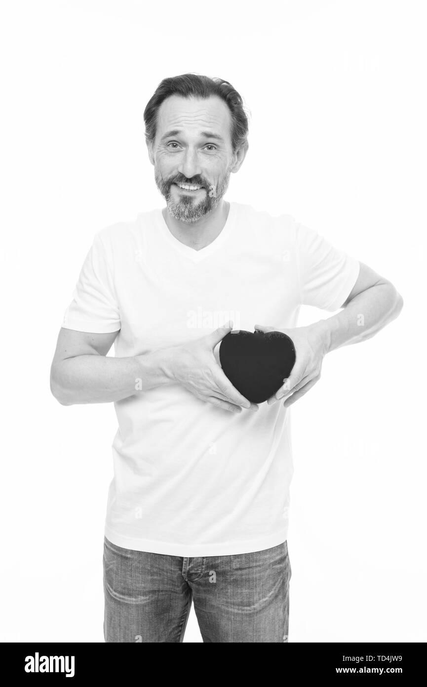 La prévention de la crise cardiaque. Valentines red man holding toy coeur dans les mains. Handsome man avec happy valentines day. Problème de coeur et santé. Peut-être que cette peine sera bon pour lui. Photo Stock